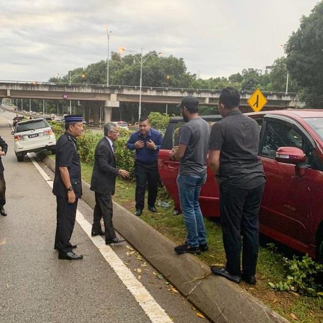 """Ảnh Nhà vua Malaysia dừng đoàn xe giúp người gặp tai nạn gây """"sốt"""" - 1"""