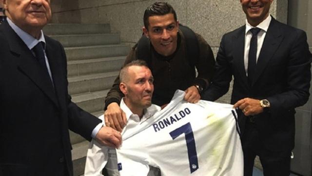 C.Ronaldo bị 'tố' chỉ làm từ thiện bằng cách chụp hình và… bỏ đi - 1