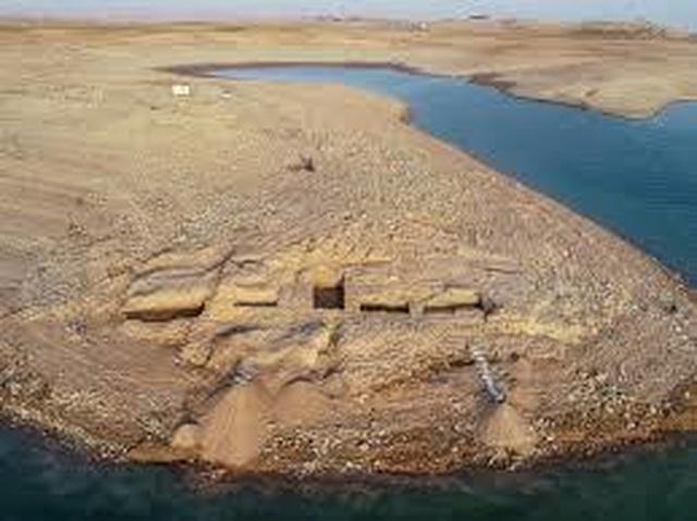 Cung điện bí ẩn từ thời cổ đại đột nhiên xuất hiện ở hồ nước sau hạn hán - 1