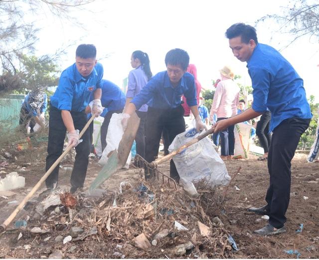 """Gần 300 đoàn viên, thanh niên tham gia làm sạch bãi biển trong """"Ngày thứ 7 tình nguyện"""" - 1"""