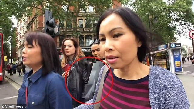 Nữ đạo chích xinh đẹp móc trộm ví tiền của du khách lọt vào ống kính máy ảnh - 2