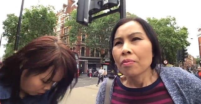 Nữ đạo chích xinh đẹp móc trộm ví tiền của du khách lọt vào ống kính máy ảnh - 3