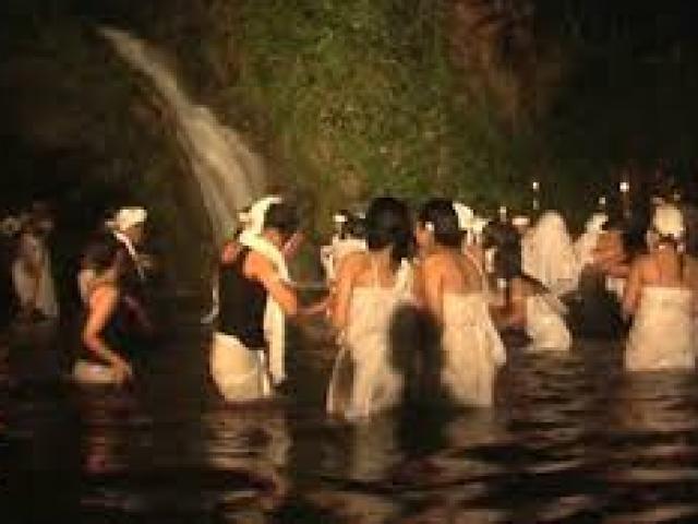 Kỳ lạ hàng trăm khách mời nhổ nước bọt vào cô dâu - 2