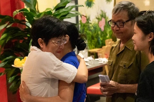 MC Thảo Vân bật khóc khi nhận món quà bất ngờ từ bố mẹ chồng cũ - 4