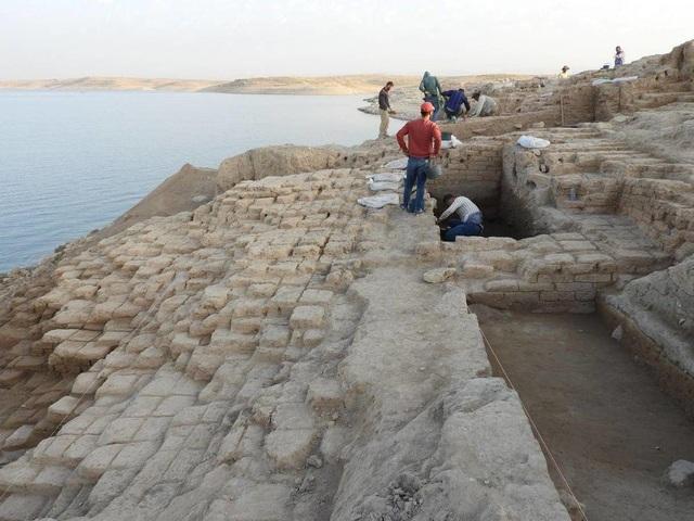 Cung điện bí ẩn từ thời cổ đại đột nhiên xuất hiện ở hồ nước sau hạn hán - 3