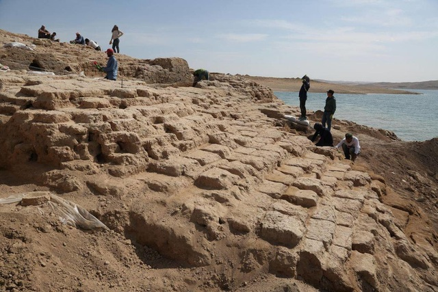 Cung điện bí ẩn từ thời cổ đại đột nhiên xuất hiện ở hồ nước sau hạn hán - 4