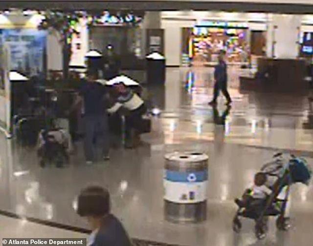 Ngang nhiên bắt cóc trẻ con giữa sân bay đông người - 1