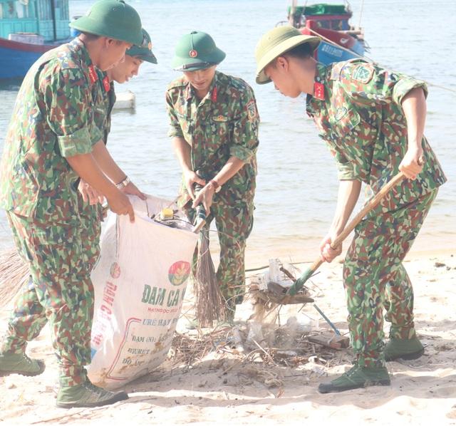 """Gần 300 đoàn viên, thanh niên tham gia làm sạch bãi biển trong """"Ngày thứ 7 tình nguyện"""" - 2"""