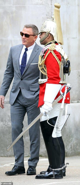 Điệp viên 007 Daniel Craig tái xuất lịch lãm trên phim trường - 3