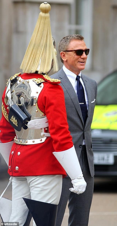 Điệp viên 007 Daniel Craig tái xuất lịch lãm trên phim trường - 1
