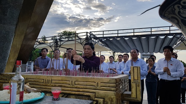 Phó Chủ tịch Quốc hội dâng hương tưởng nhớ anh hùng, liệt sĩ tại Quảng Trị - 3