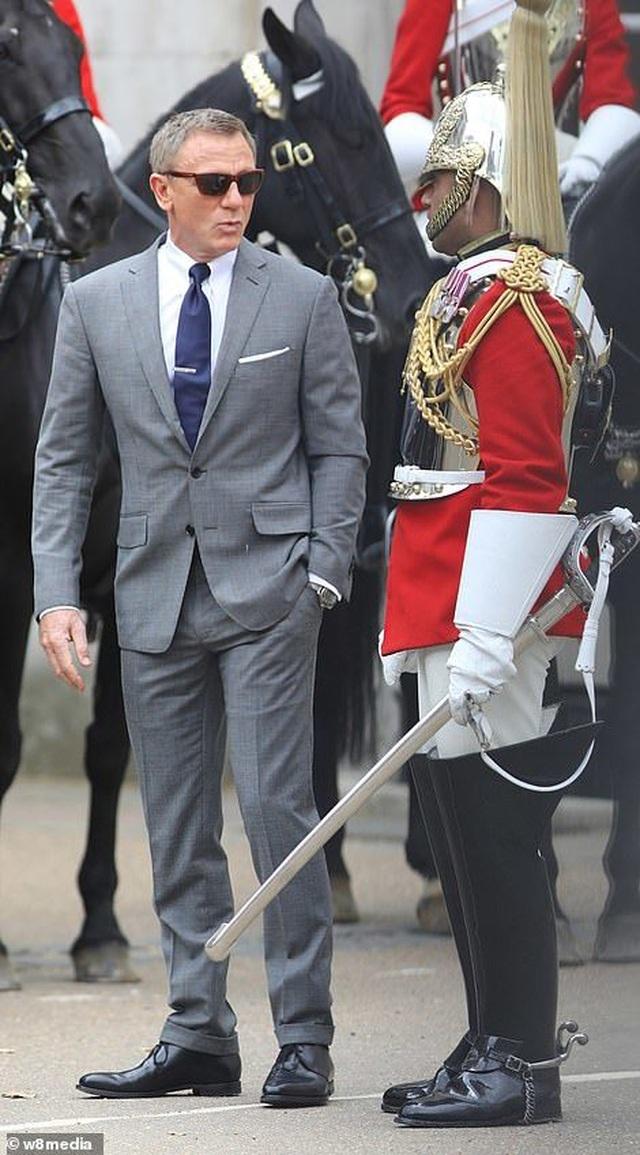 Điệp viên 007 Daniel Craig tái xuất lịch lãm trên phim trường - 4