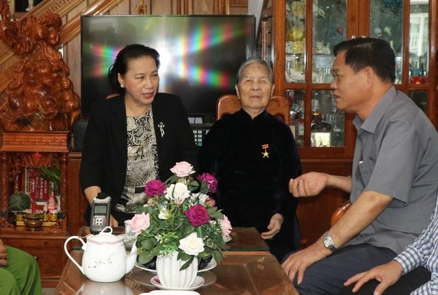 Chủ tịch Quốc hội thăm, tặng quà các gia đình chính sách - 1