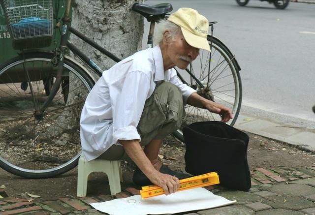 Cụ ông 80 tuổi phát thước kẻ miễn phí trước cổng trường thi - 1