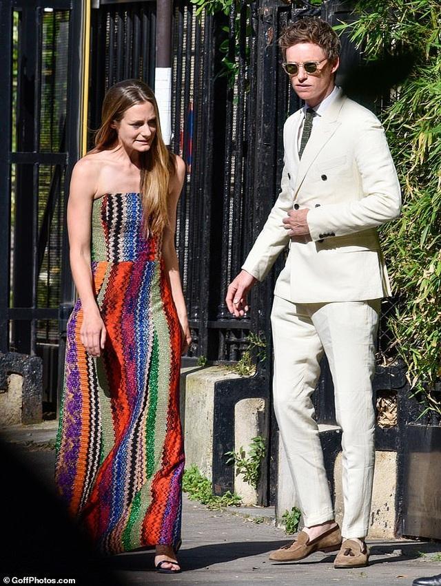 Cara Delevingne và bạn gái đồng tính diện đồ xuyên thấu dự đám cưới - 8