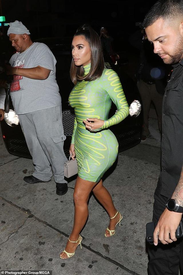 Chị em nhà Kardashian đua nhau diện váy chật ních - 2