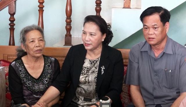 Chủ tịch Quốc hội thăm, tặng quà các gia đình chính sách - 2