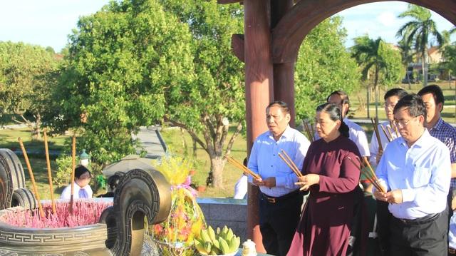 Phó Chủ tịch Quốc hội dâng hương tưởng nhớ anh hùng, liệt sĩ tại Quảng Trị - 1