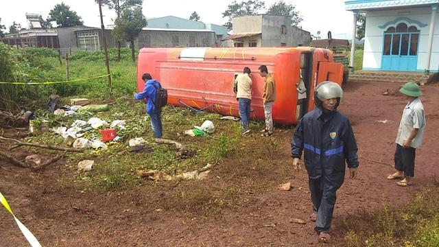 Tai nạn liên hoàn, xe khách lật nghiêng, 3 người thương vong - 1