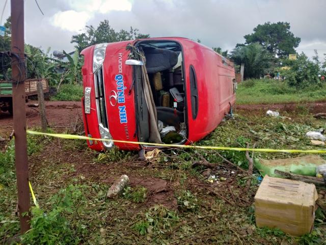Tai nạn liên hoàn, xe khách lật nghiêng, 3 người thương vong - 2