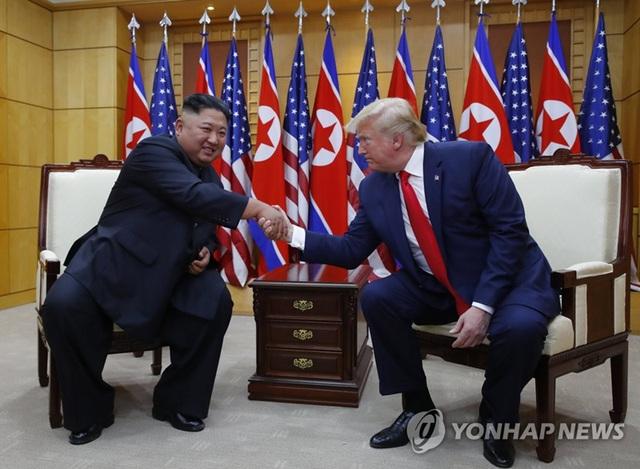 """Bước chân """"lịch sử"""" và những bất ngờ trong cuộc gặp Trump-Kim tại DMZ - 1"""