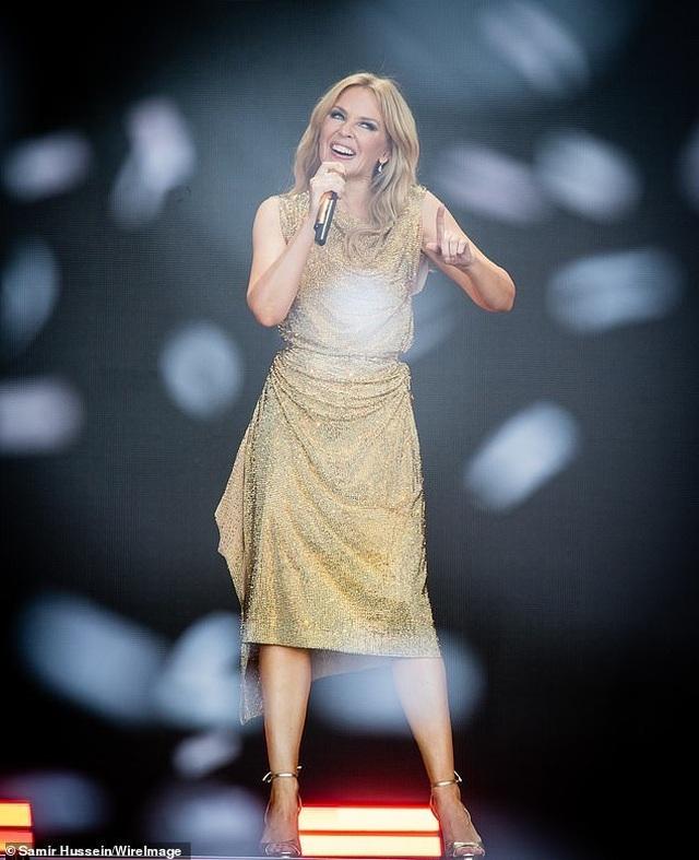 Kylie Minogue thay 5 bộ đồ ấn tượng trình diễn tại Anh - 4