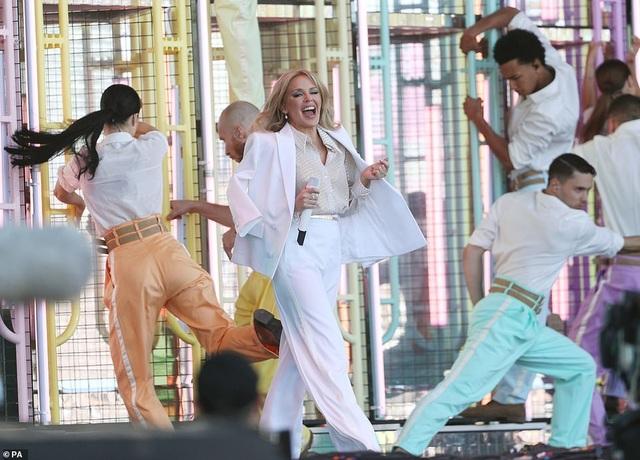 Kylie Minogue thay 5 bộ đồ ấn tượng trình diễn tại Anh - 2