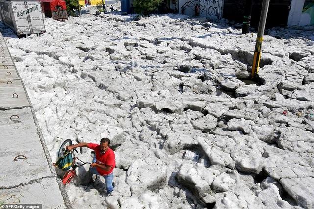 Hy hữu thành phố Mexico hóa sông băng sau trận mưa đá - 8