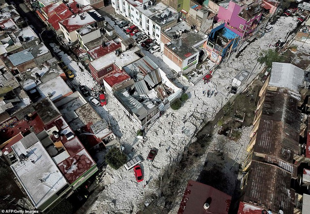 [ẢNH] Kỳ lạ thành phố Mexico hóa sông băng sau trận mưa đá - 2
