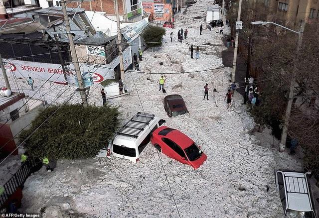 Hy hữu thành phố Mexico hóa sông băng sau trận mưa đá - 1