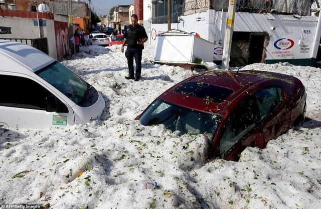 Hy hữu thành phố Mexico hóa sông băng sau trận mưa đá - 2