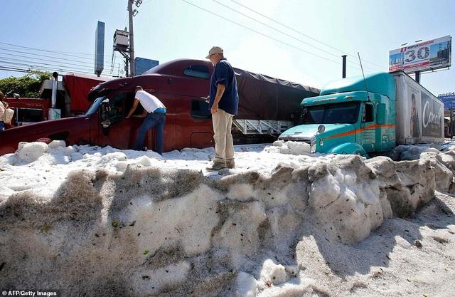 Hy hữu thành phố Mexico hóa sông băng sau trận mưa đá - 6