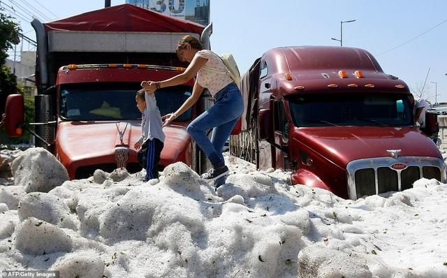 Hy hữu thành phố Mexico hóa sông băng sau trận mưa đá - 4