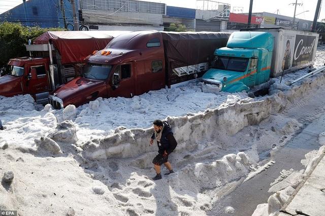[ẢNH] Kỳ lạ thành phố Mexico hóa sông băng sau trận mưa đá - 6