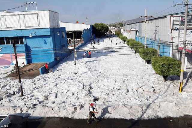 Hy hữu thành phố Mexico hóa sông băng sau trận mưa đá - 5