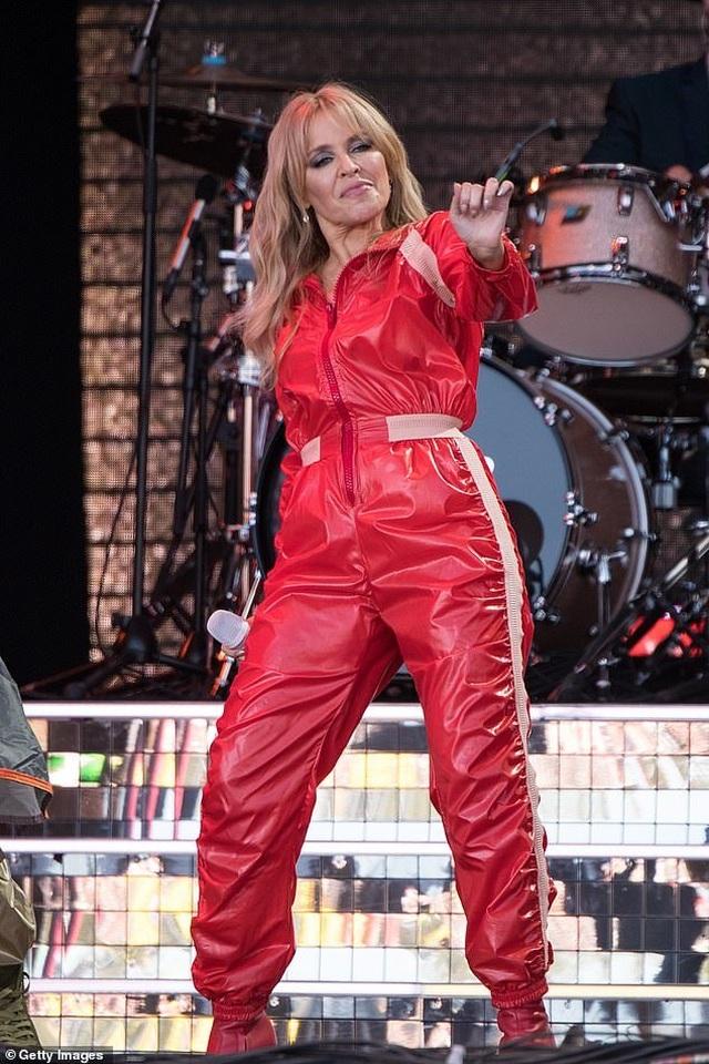 Kylie Minogue thay 5 bộ đồ ấn tượng trình diễn tại Anh - 8