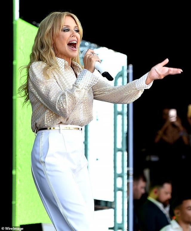 Kylie Minogue thay 5 bộ đồ ấn tượng trình diễn tại Anh - 1