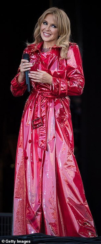 Kylie Minogue thay 5 bộ đồ ấn tượng trình diễn tại Anh - 3