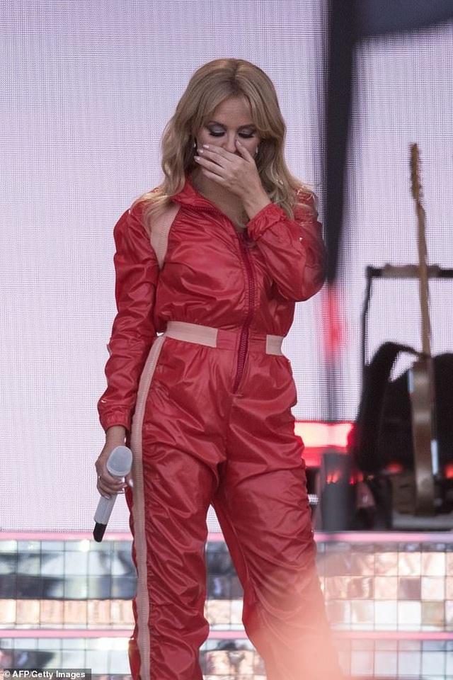 Kylie Minogue thay 5 bộ đồ ấn tượng trình diễn tại Anh - 7