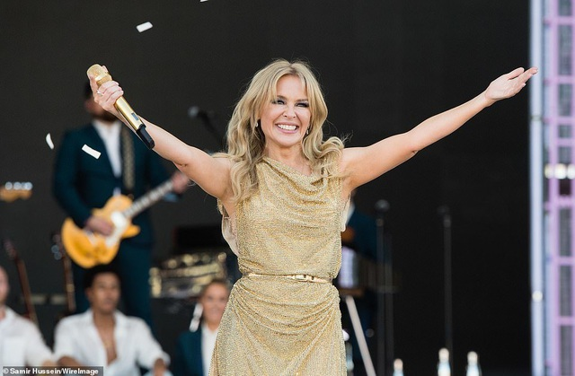 Kylie Minogue thay 5 bộ đồ ấn tượng trình diễn tại Anh - 6