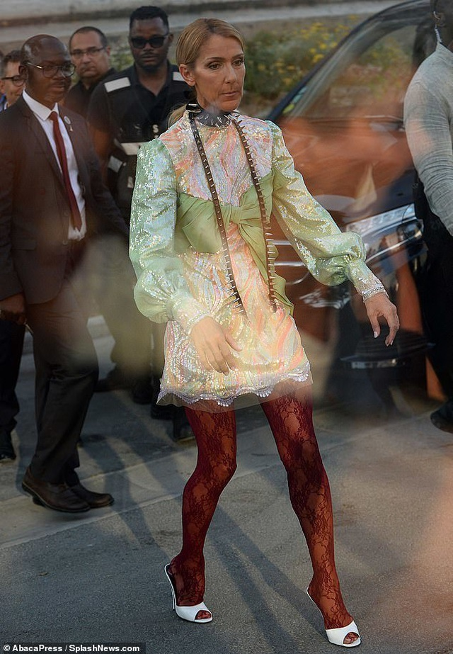 Celine Dion thay loạt trang phục sành điệu chụp hình thời trang trên phố - 7
