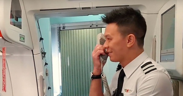 Chàng phi công điển trai khiến bố mẹ bất ngờ trên chuyến bay từ Việt Nam - 1