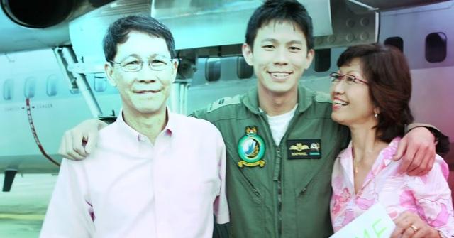 Chàng phi công điển trai khiến bố mẹ bất ngờ trên chuyến bay từ Việt Nam - 2