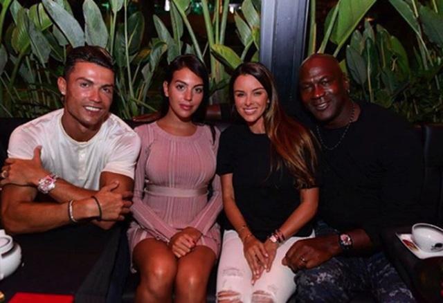 """C.Ronaldo gây """"bão"""" khi dẫn bạn gái xinh đẹp đi hẹn hò cùng Michael Jordan - 1"""