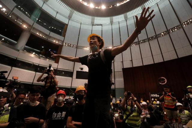 Người biểu tình đập phá tòa nhà cơ quan lập pháp Hong Kong - 2