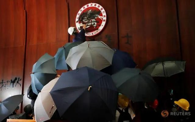 Người biểu tình đập phá tòa nhà cơ quan lập pháp Hong Kong - 3