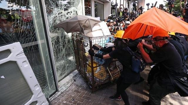 Người biểu tình đập phá tòa nhà cơ quan lập pháp Hong Kong - 1