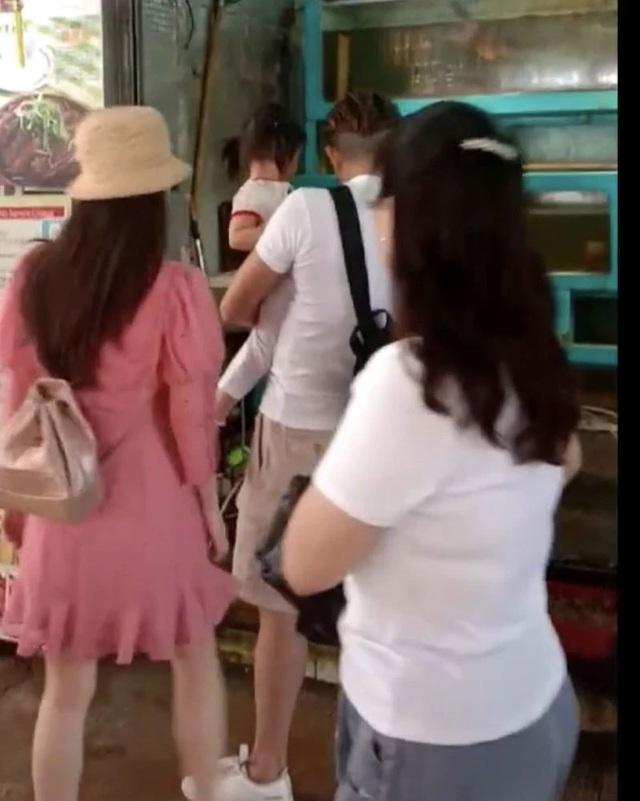 Quách Phú Thành đưa vợ trẻ đi chơi sau khi sinh con gái thứ hai - 7