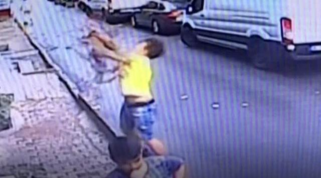 Đứng tim khoảnh khắc em bé rơi từ cửa sổ tầng 2 xuống thoát chết nhờ được đỡ - 1
