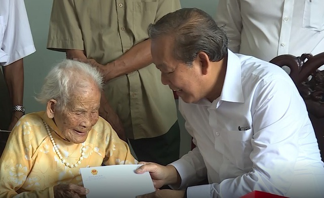 Phó Thủ tướng Trương Hòa Bình thăm và tặng quà gia đình chính sách tại Quảng Bình - 1